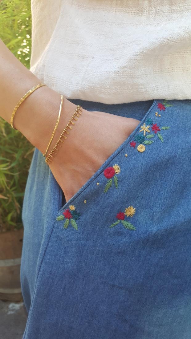 broderie petits fleurs autour d'un poche jean